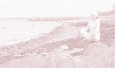 yogasatnam meditating Kundaliniyoga on the shoreside
